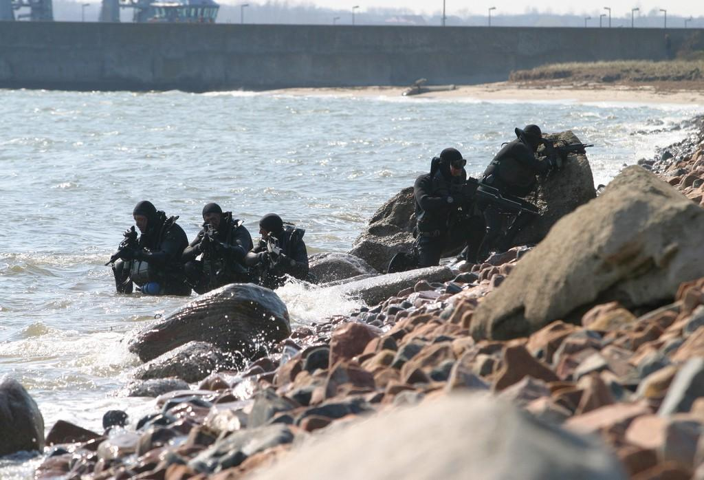 Kommando Spezialkräfte Marine (KSM): German combat swimmer secure a beach during an exercise at Eckernfoerde
