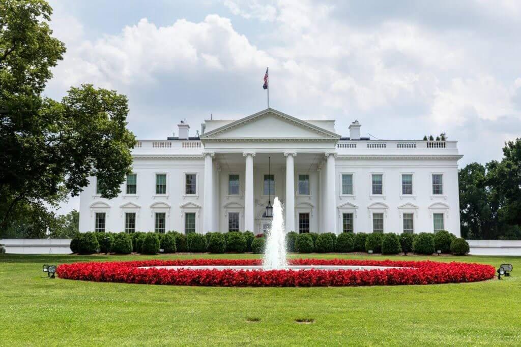 Man sets himself on fire outside White House 1