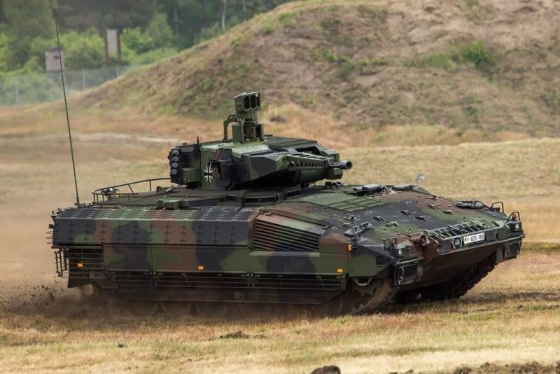 German army suggest its soldiers to drive cars and pretend they're driving tanks during exercises 2