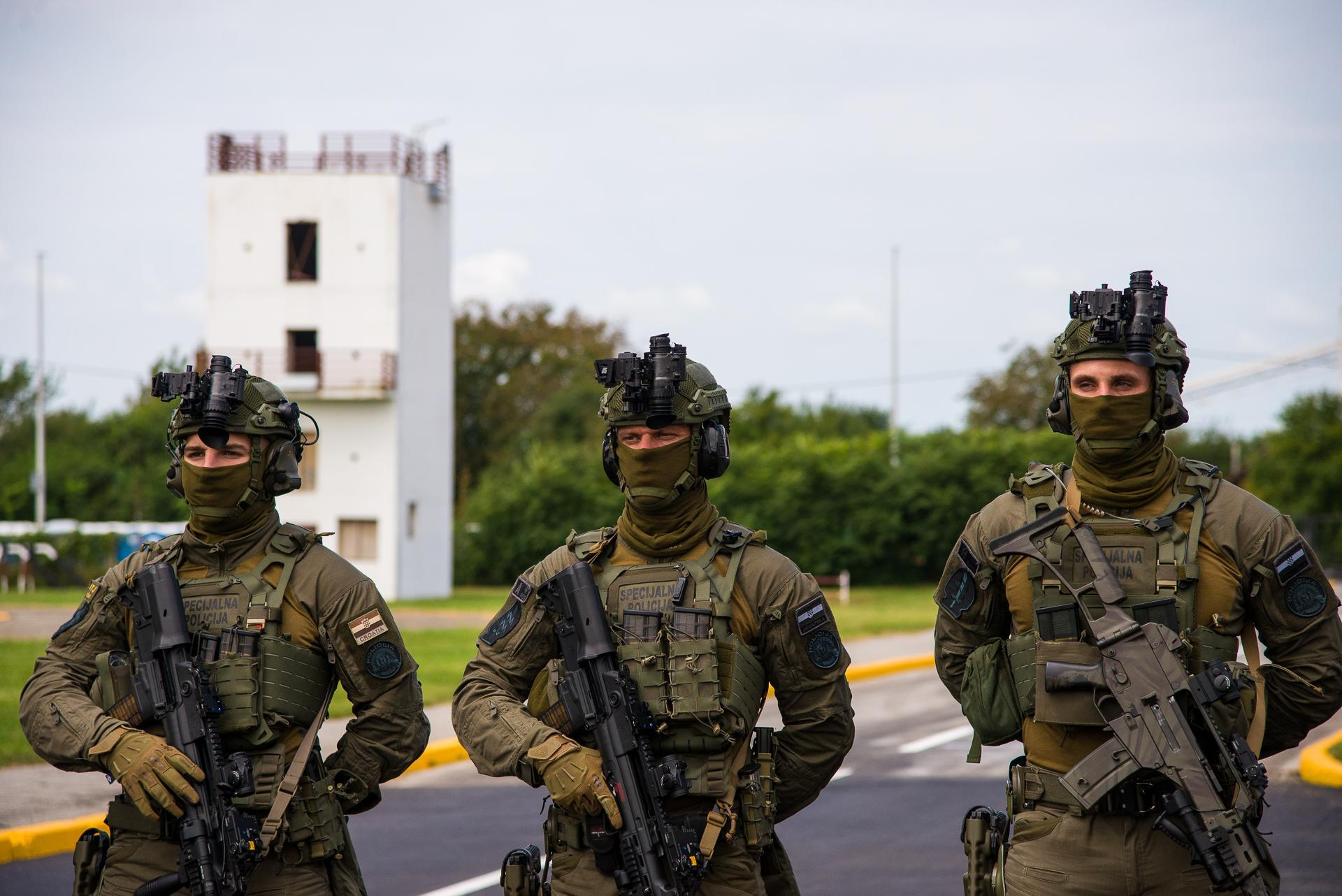 Operators from ATJ Lucko brandishing their weapons during the 30th anniversary of the unit