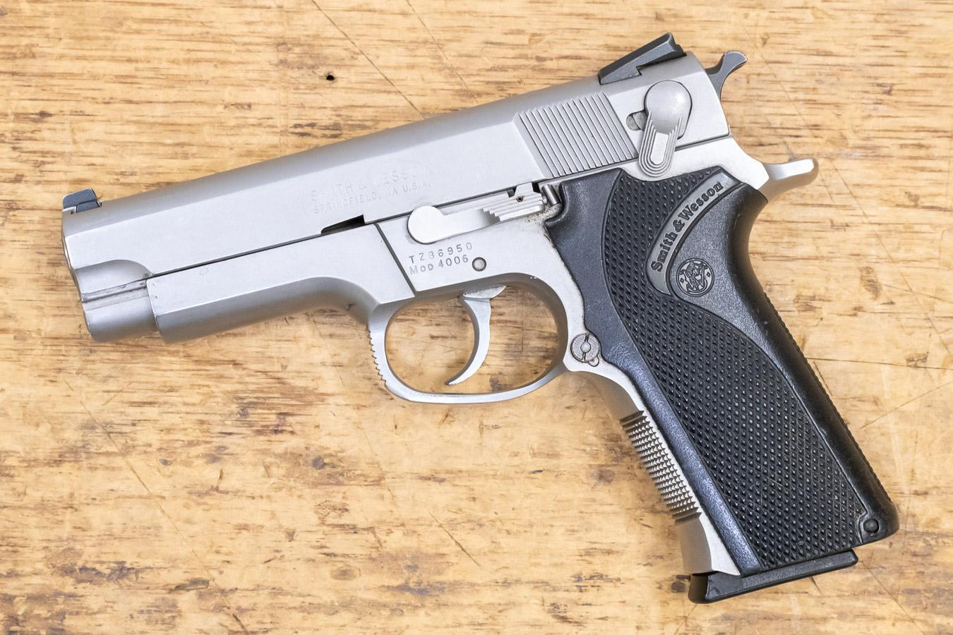 Smith & Wesson Model 4006 chambered in .40 mm Smith & Wesson with 11 rounds magazine capacity